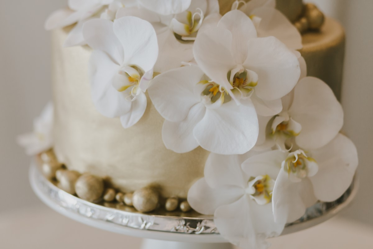 Cake with White Orchids Kayseeb abd Stevan Silk Sophistication Ophelia Photography Vancouver West Coast Weddings Magazine