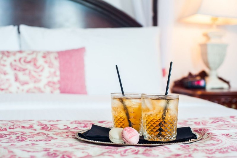 gatsby-mansion-welcome-drink_orig