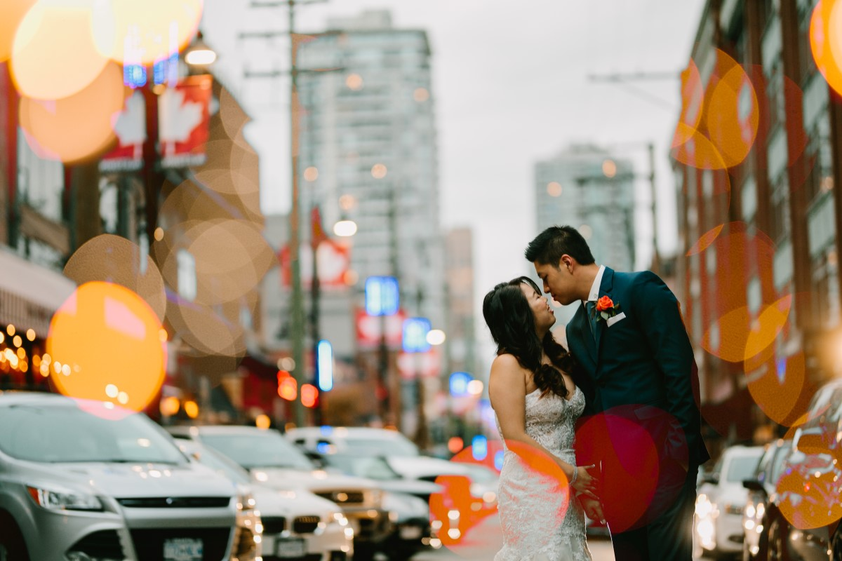 Chinese wedding couple kiss on the streets of Vancouver